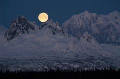 Sorgere della luna complete sopra la mezzanotte dell'Alaska della gamma del McKinley Denali fotografia stock libera da diritti