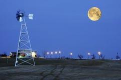 Sorgere della luna e mulino a vento Fotografia Stock