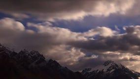 Sorgere della luna nella montagna. Lasso di tempo archivi video