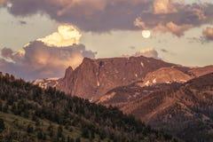 Sorgere della luna a nord della montagna bianca della roccia fotografie stock
