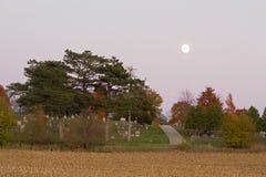 Sorgere della luna sopra il cimitero Immagini Stock