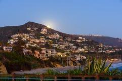 Sorgere della luna sopra il Laguna Beach Fotografie Stock Libere da Diritti