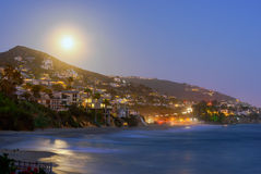 Sorgere della luna sopra il Laguna Beach Fotografie Stock