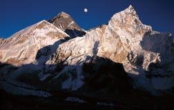Sorgere della luna sopra il Mt everest Fotografia Stock Libera da Diritti