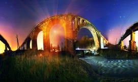 Sorgere della luna sopra il ponte di pietra Fotografie Stock