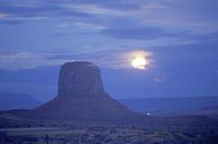 Sorgere della luna sopra la valle del monumento, Utah immagini stock libere da diritti