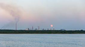 Sorgere della luna sopra la zona industriale in Dabrowa Gornicza fotografia stock
