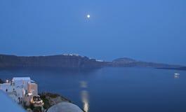Sorgere della luna sopra Santorini, Grecia Fotografia Stock