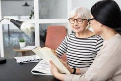 Sorgfältige ältere Frau, die mit Tutor studiert lizenzfreie stockfotografie