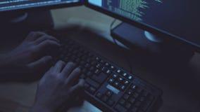 Sorgfältiger Programmierer, der einen Code nachts schreibt stock video footage