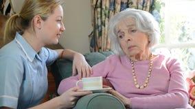 Sorgfalt-Arbeitskraft, die zu Hause mit deprimierter älterer Frau spricht stock footage
