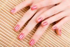 Sorgfalt für Frauenhände lizenzfreies stockfoto