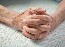 Sorgfalt ist zu Hause von den älteren Personen. Händchenhalten der alten Leute. Stockbilder