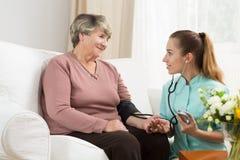Sorgfaltassistent im Pflegeheim lizenzfreies stockfoto