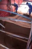 Sorghum wird von einem Arbeiter von einem LKW zu einem Silo entleert Stockbilder