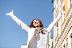 Sorglos und glücklich. Niedrige Winkelsicht der glücklichen Stellung der jungen Frauen Lizenzfreie Stockfotografie
