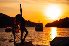 Sorglose ausgeglichene Frau in der Natur Finden des inneren Friedens Geistiger heilender Lebensstil Genießen des Friedens, Antidr Lizenzfreie Stockfotos