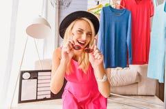 Sorglose blonde Frau, die ihr perfekte Modeart zeigt Stockbild
