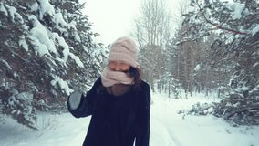 Sorglose erwachsene Frau, die auf dem schneebedeckten Wald genießt Winterweg am eisigen Tag läuft stock footage