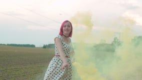 Sorglose Frau, die draußen in Rauchwolken geht stock video