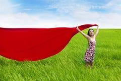 Sorglose Frau mit rotem Schal auf Reisfeld lizenzfreie stockfotos