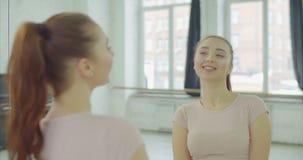 Sorglose hübsche Frau, die zuhause im Spiegel blinzelt stock video footage