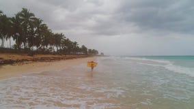 Sorglose junge Frau, die auf exotischem Strand sich entspannt Karibische tropische Ferien stock video