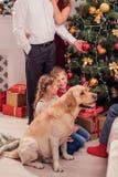 Sorglose Kinder, die Weihnachtsbaum verzieren Lizenzfreies Stockfoto