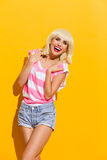 Sorglose lachende blonde Frau Lizenzfreie Stockfotos