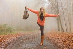 Sorglose Modefrau, die im Herbstpark sich entspannt Stockbilder