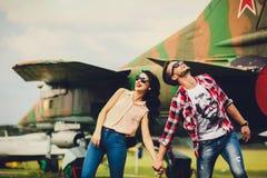 Sorglose Paare mit toothy Lächeln draußen Stockfotos