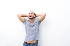 Sorgloser glücklicher Kerl, der mit den Händen hinter Kopf lacht Lizenzfreies Stockfoto