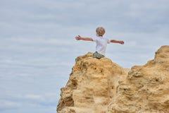 Sorgloser Junge auf Felsen Lizenzfreie Stockfotos