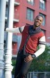Sorgloser junger Mann, der draußen lächelt Stockfotografie