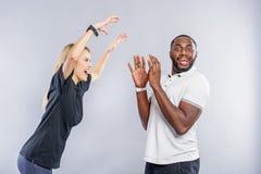 Sorgloser junger Mann und Frau, die zum Spaß spielt Stockfoto
