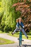 Sorgloses Jugendlichreitfahrrad über dem Park lizenzfreie stockfotos