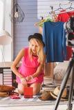 Sorgloses Mädchen, das zu Hause blogging ist Stockfotografie
