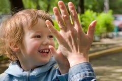 Sorgloses Spiel des Kindes und der Mama lizenzfreies stockfoto