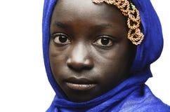 Sorgsenhetsymbol - liten afrikansk flicka som poserar med en blå sjalett royaltyfri bild