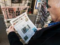 Soros de Corriere Della da imprensa do quiosque de jornal da imprensa da compra do homem superior imagens de stock royalty free