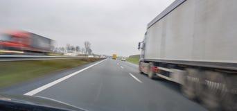 Sorpassi i camion all'alta velocità sull'autostrada Fotografia Stock Libera da Diritti