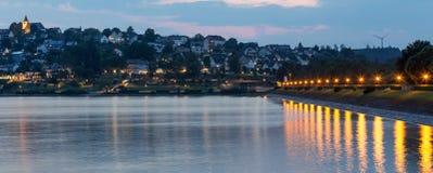 sorpesee湖和sundern城市sauerland德国在晚上 免版税图库摄影