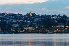 sorpesee湖和sundern城市sauerland德国在晚上 免版税库存照片
