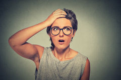 Sorprenda la donna stupita con i vetri che sembrano sorpresi nell'incredulità completa Fotografia Stock