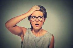 Sorprenda a la mujer asombrosa con los vidrios que parecen sorprendidos en incredulidad completa Foto de archivo