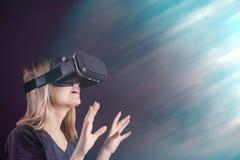 Sorprenden a la muchacha de los vidrios de la realidad virtual en vidrios de realidad virtual fotografía de archivo