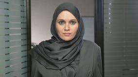 Sorprenden a una muchacha árabe joven en un hijab, indignado y las miradas en la cámara 60 fps almacen de metraje de vídeo