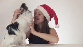 Sorprenden y goza al adolescente feliz hermoso en un sombrero de Santa Claus del regalo muy esperado - persiga el juguete contine metrajes