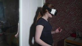 Sorprenden y guarda a la muchacha caucásica en vidrios de VR su mano cerca de boca metrajes