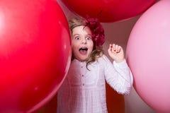 Sorprendido, la muchacha adolescente asustada en el vestido blanco y sombrero Imagen de archivo libre de regalías